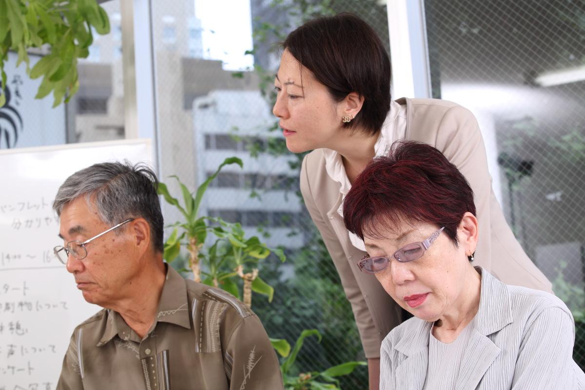 高齢者モニター2人からヒアリングしている専務の渡辺