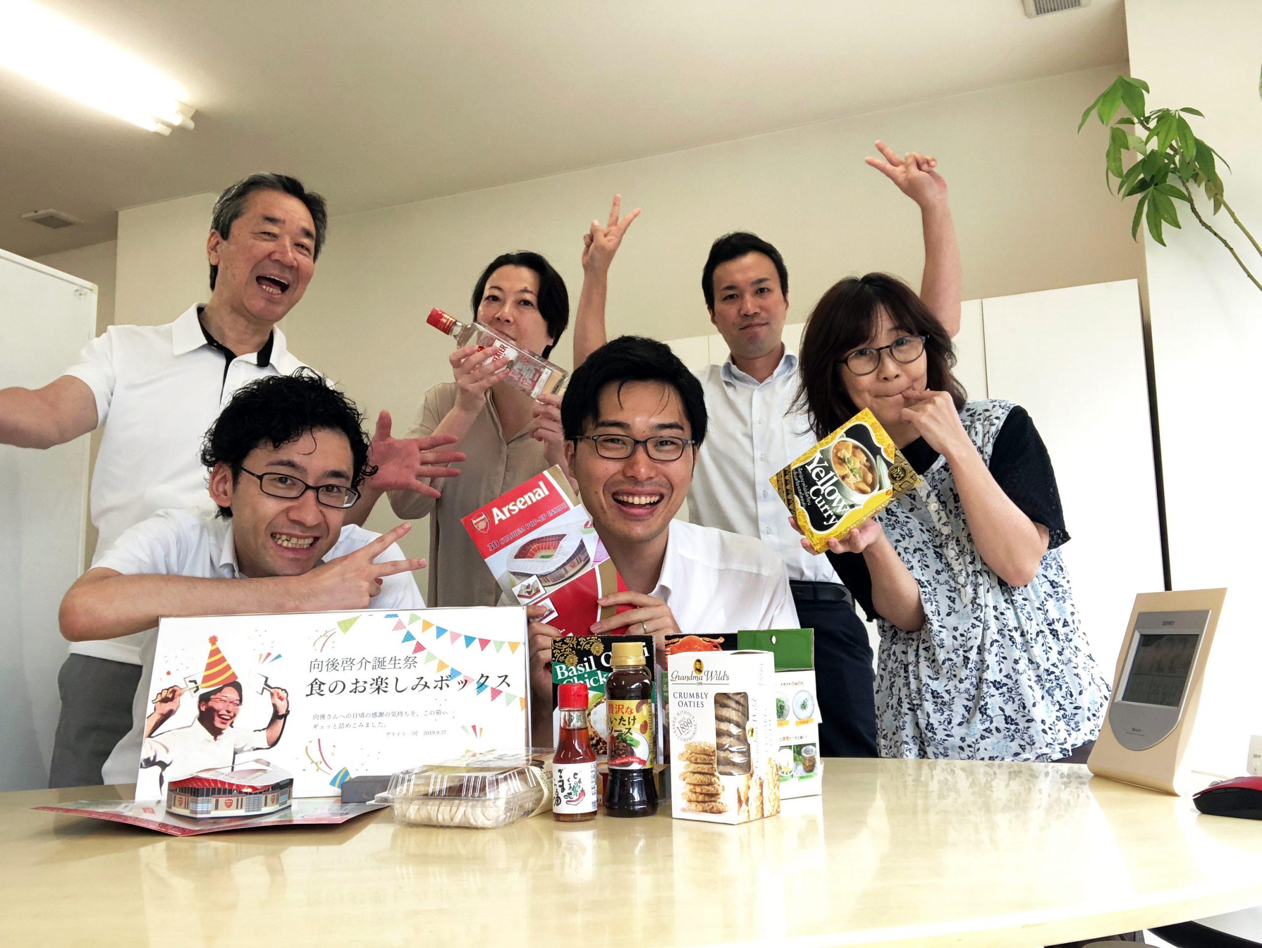 誕生日を祝うメンバー6人の集合写真
